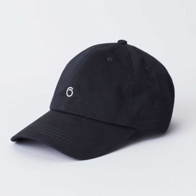 Pack shot of the front of the organic black cotton cap Seierø