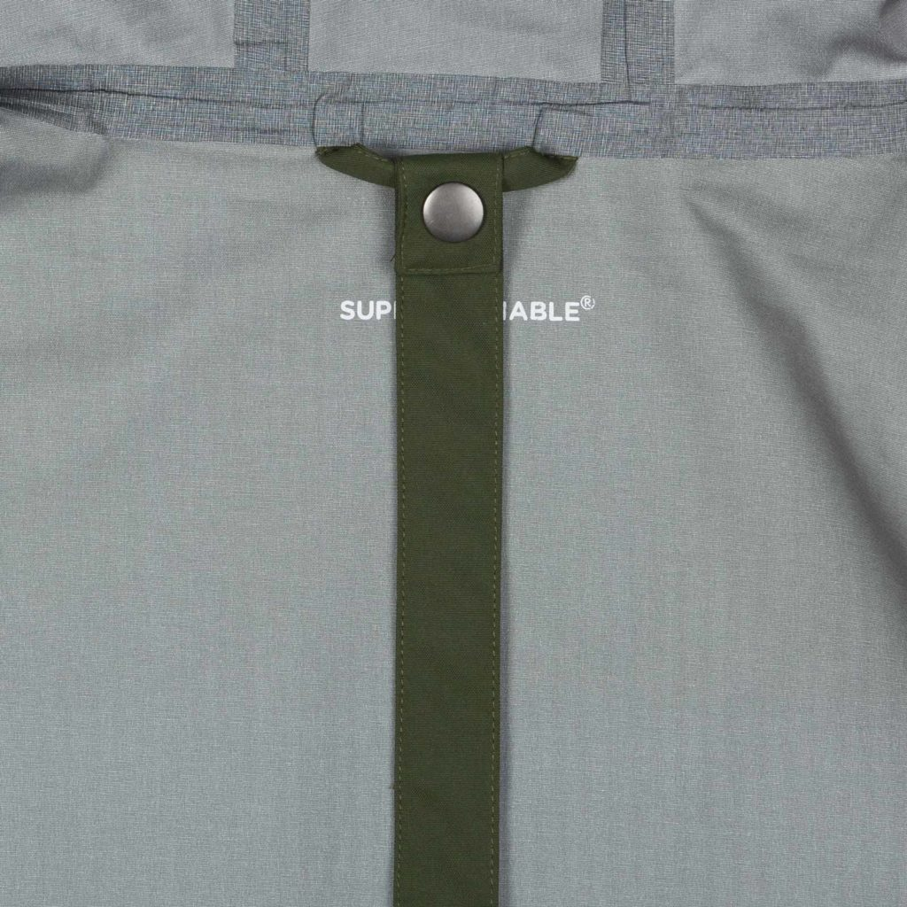 Detail view of the strap of the green Glombak jacket with hood
