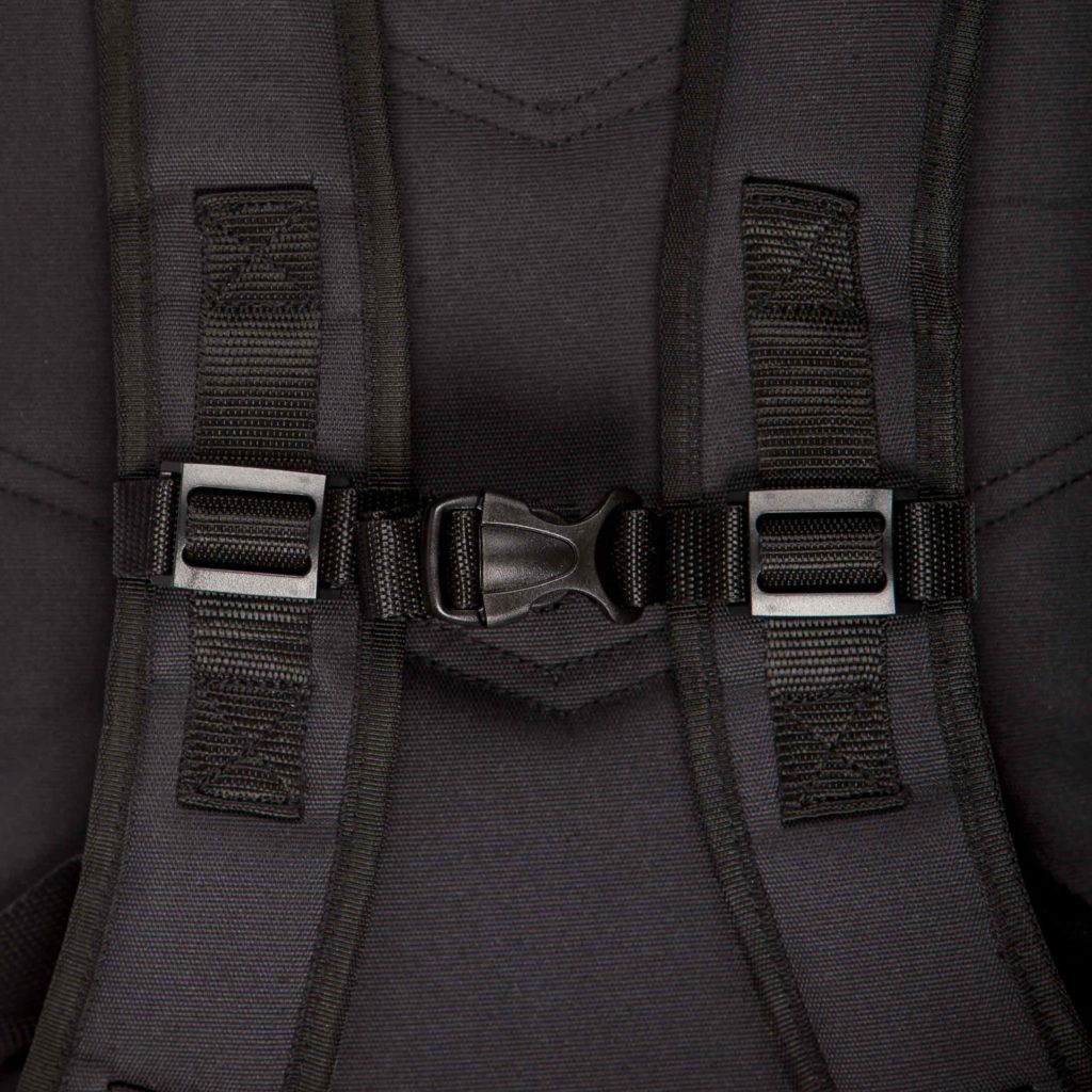 Detail view of the shoulder straps of the sustainable black backpack from Superstainable